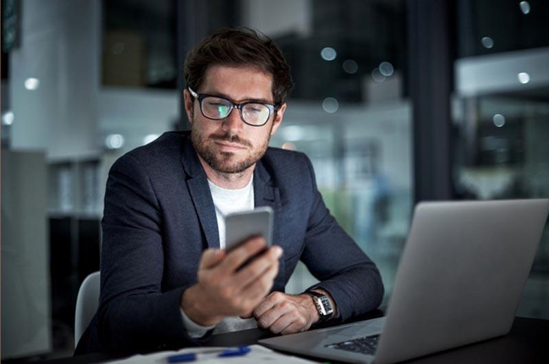 Private Nutzung von Handys & Co.: Was ist am Arbeitsplatz erlaubt?